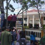 Massa Aksi Ancam Bakar Mobil Dinas Pemda Boalemo di Pengadilan
