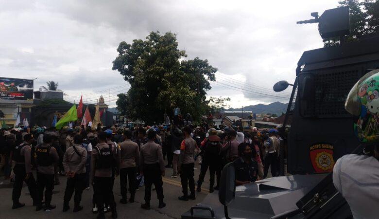 News Flash - Massa Aksi Tolak Omnibus Law di Gorontalo Bentrok dengan Aparat