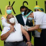 Rusli Habibie Buktikan Jadi Orang Pertama Disuntik Vaksin di Gorontalo